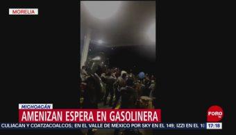 Banda ameniza espera en gasolinera de Michoacán