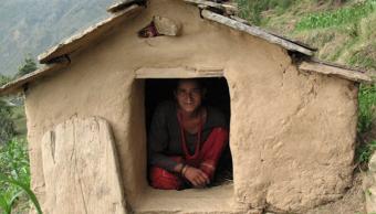 La corren de su casa por menstruar, muere en una choza con sus hijos