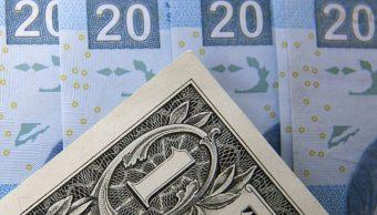 Foto: Billetes mexicanos son fotografiados con un billete de un dólar estadounidense en la Ciudad de México, México, 27 de enero de 2016 (Getty Images)