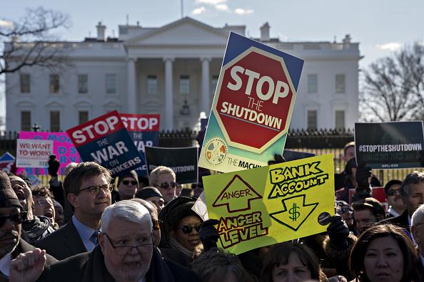 Trabajadores federales reclaman fin de cierre de Gobierno