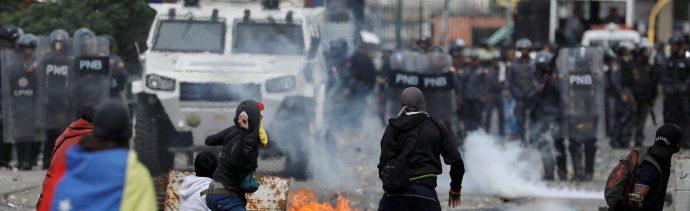 Foto: Manifestantes se enfrentan en las calles de Caracas con agentes de la Policía Nacional Bolivariana (PNB) el 23 de enero del 2019
