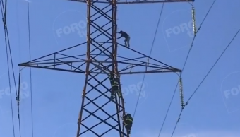 FOTO Hombre sube a torre eléctrica en Iztapalapa, CDMX 31 enero 2019