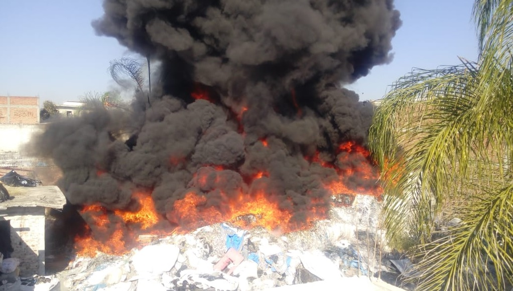 Incendio consume planta recicladora en León, Guanajuato