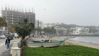 Neblina cubre puerto de Mazatlán, del faro al malecón