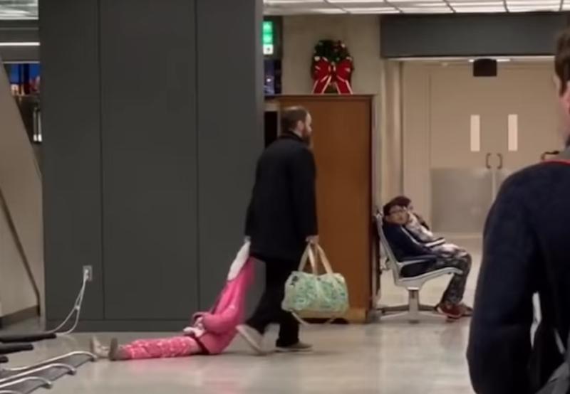 Video Papá arrastra hija aeropuerto vuelve viral