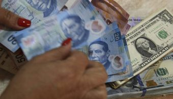 Foto: Un trabajador cuenta billetes mexicanos y dólares estadounidenses en una tienda de cambio en Ciudad de México, el 15 de febrero de 2016