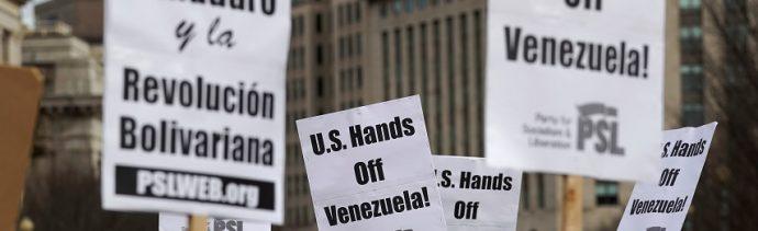 Foto: Activistas contra la interferencia de la administración Trump en la política de Venezuela protestan frente a la Casa Blanca en Washington, 26 de enero de 2019 (Reuters)