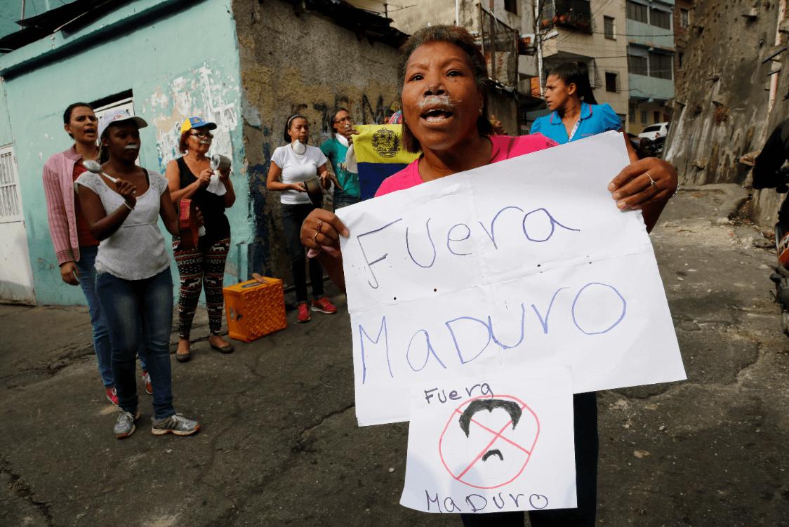 Venezolanos protestan contra Nicolás Maduro. (AP)