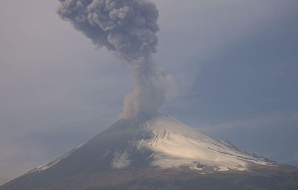 Volcán Popocatépetl emite 303 emisiones de vapor de agua y ga