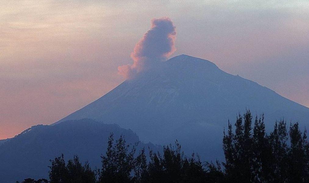 Volcán Popocatépetl emite 254 exhalaciones de vapor de agua y ceniza