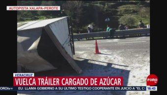 Vuelca tráiler cargado de azúcar en la autopista Xalapa-Perote