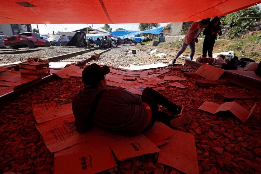 Foto: Miembros del sindicato de docentes de la CNTE bloquean un ferrocarril en Uruapan, Michoacán, febrero 4 de 2019 (Reuters)