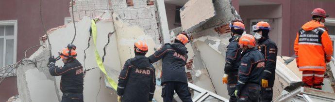 Foto: Rescatitas laboran en edificio derrumbado en Estambul, el 7 de febrero 2019