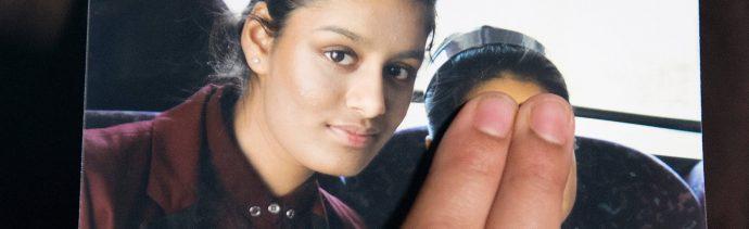 Foto: Renu Begum, hermana de la adolescente británica Shamima Begum, sostiene una foto de su hermana mientras hace un llamado para que regrese a su hogar en Scotland Yard, en Londres, el 22 de febrero de 2015