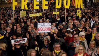 Foto: Miles de personas protestan en la Plaza de Cataluña en Barcelona, España, el 12 de febrero de 2019