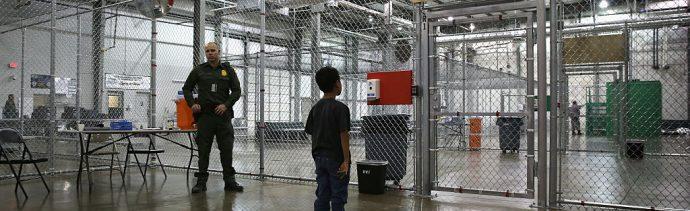 Foto: Un agente de la Patrulla Fronteriza de EEUU custodia a un niño migrante en un albergue de MacAllen, Texas, el 8 de septiembre de 2014