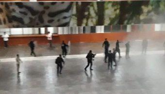 Foto: Un grupo de profesores interinos son desalojados con gases lacrimógenos del Palacio de Gobierno en Tuxtla Gutiérrez, 2 febrero 2019