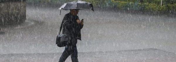Foto: AUna persona se cubre de la intensa lluvia en la Ciudad de México, 21 marzo 2019