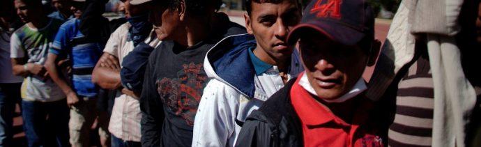 Foto: Migrantes esperan en fila un corte de cabello dentro de un refugio provisional en la Ciudad de México, 31 de enero de 2019 (Reuters)