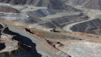 Foto: Un camión transporta material de cobre a una estación de trituración de una mina de cobre a cielo abierto en Sonora, México, febrero 12 de 2019 (Getty Images)