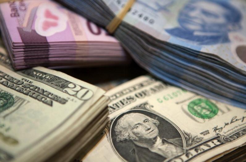 Foto: Billetes estadounidenses y mexicanos.