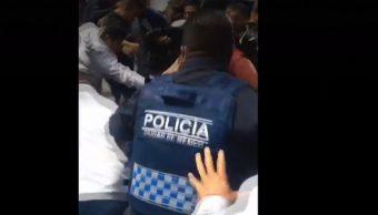 Rescatan a policía de linchamiento entre comerciantes en Iztapalapa