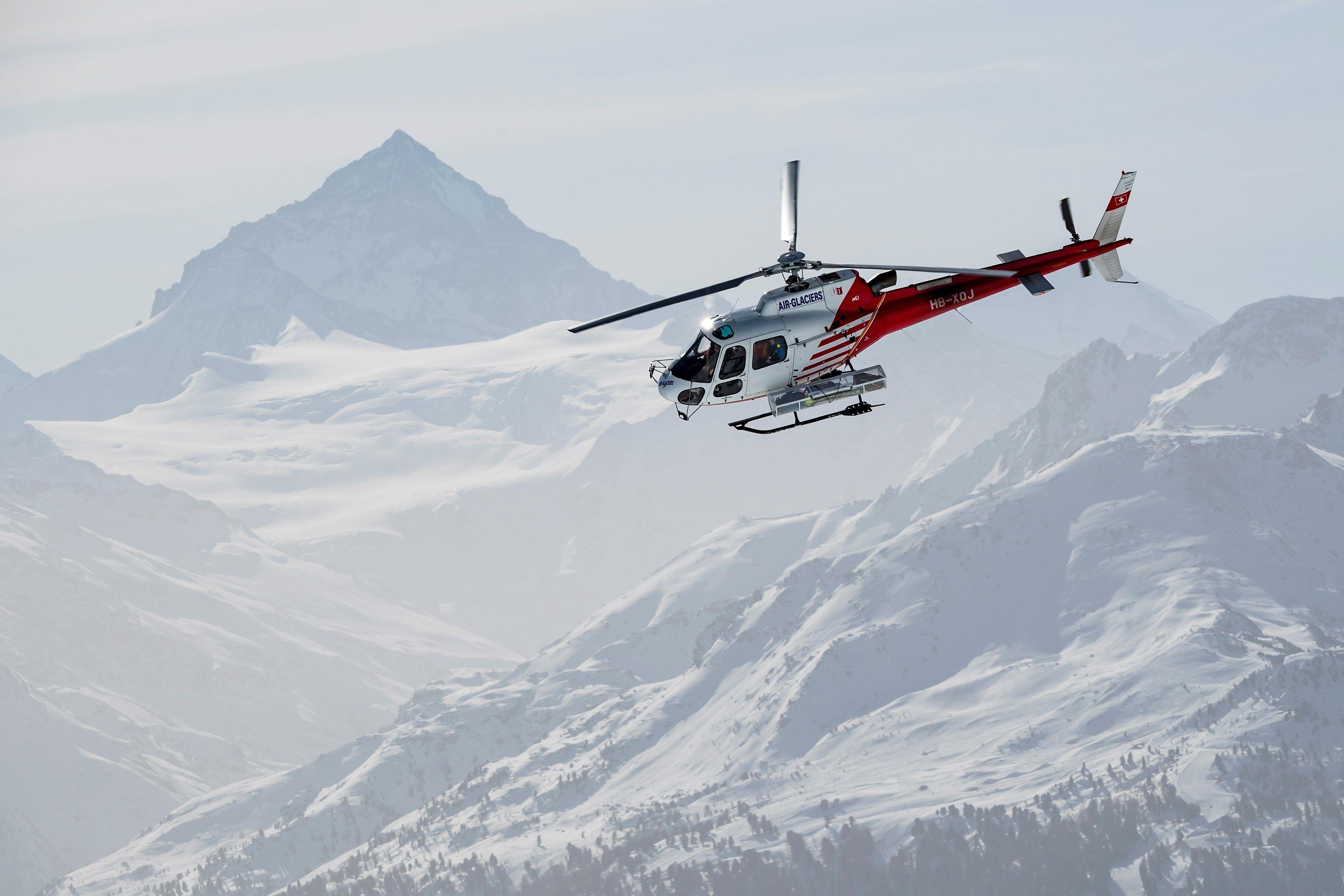 Foto: Un helicóptero sobrevuela el lugar donde se produjo una avalancha en la estación de esquí en Suiza, 20 febrero 2019