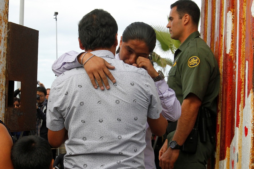 Foto: Familiares separados por autoridades migratorias de Estados Unidos se reencuentran, noviembre 16 2016 (Archivo/ Reuters)
