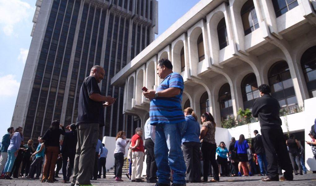 Foto: Debido al fuerte sismo trabajadores de la Municipalidad, Torre de Tribunales, IGSS y Banco de Guatemala fueron evacuados, 1 febrero 2019