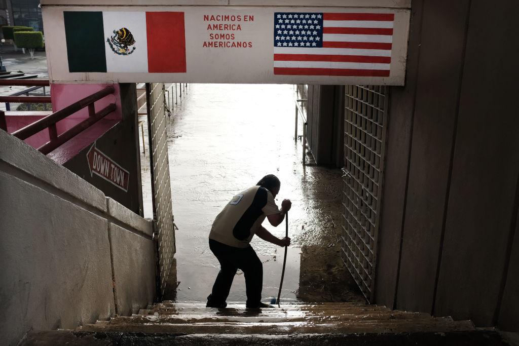 Foto: Un hombre limpia las escaleras junto a un camino que conduce a los Estados Unidos el 18 de enero de 2019 en Tijuana, México