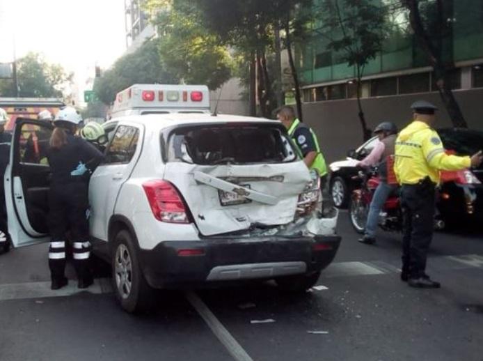 Foto: Movilización de servicios de emergencia en Avenida Constituyentes a la altura de Francisco Fagoaga por accidente automovilístico, marzo 2 de 2019 (Twitter: @OVIALCDMX)