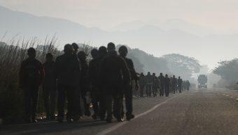 Foto: Integrantes de la caravana migrante caminan a lo largo de una carretera en su camino hacia los Estados Unidos, 31 marzo 2019