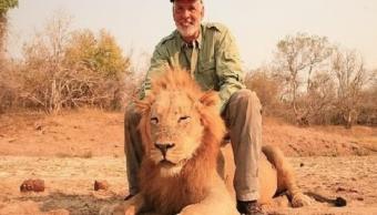 Foto Video Cazador asesina cruelmente león dormido 21 marzo 2019
