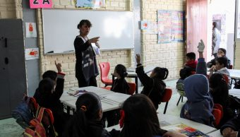 Fotografía que muestra a niños tomando clase en su escuela, 19 mayo 2019
