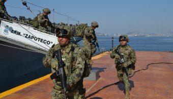 """Foto: Militares mexicanos descienden del buque """"Zapoteco"""" en el puerto de Acapulco, Guerrero. El 28 de marzo de 2019"""