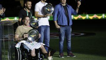 Foto: Exjugadores de Chapecoense, Neto, el exportero Follmann, Alan Ruschel, y el periodista Rafael Henzel, son homenajeados durante un partido entre Brasil y Colombia. El 25 de enero de 2017