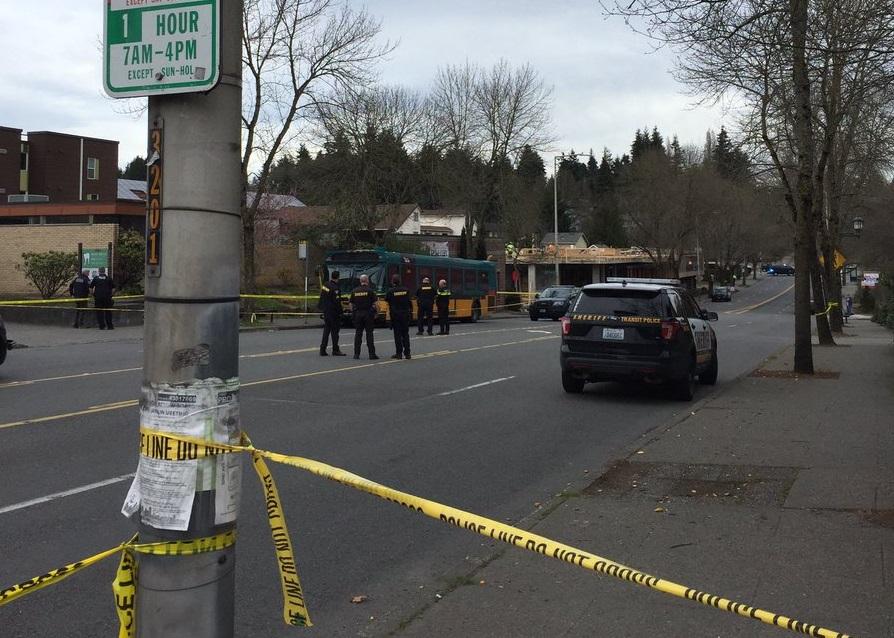 Foto: Agentes de la Policía de Seattle custodian la zona del tiroteo. El 27 de marzo de 2019