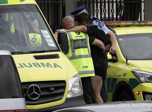 Foto: Un policía y personal de una ambulancia ayudan a un hombre herido afuera de una mezquita en Christchurch, Nueva Zelanda. El 15 de marzo de 2019