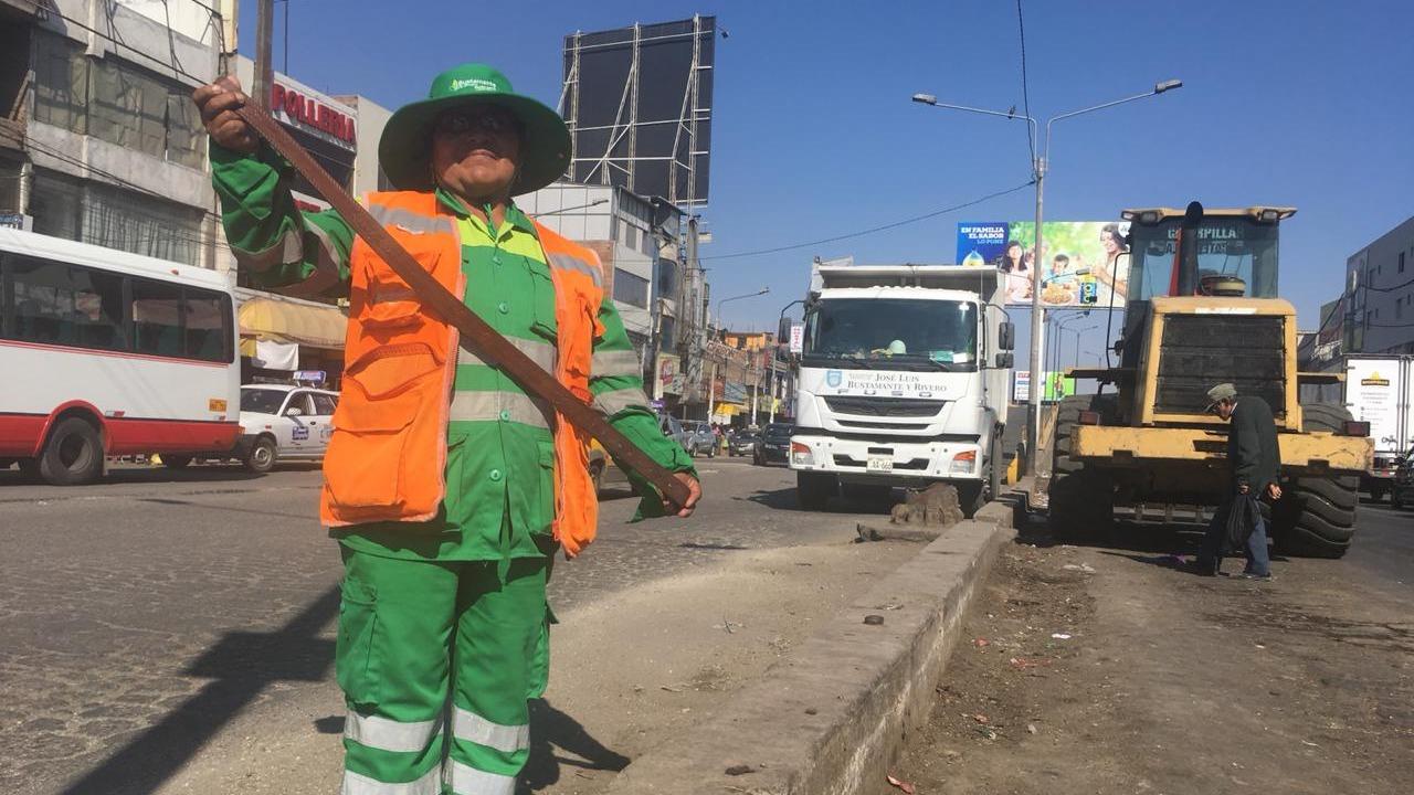 Látigo en mano, mujer evita que se tire basura en la calle