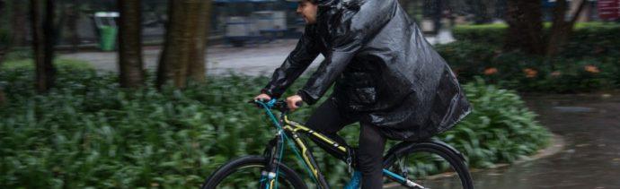 Foto: Una persona se cubre de la lluvia.