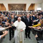 Foto: El papa Francisco saluda a la gente durante una audiencia en el Vaticano, marzo 17 de 2019 (Reuters)