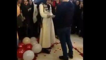 Foto: Una joven pareja iraní es detenida por difundirse en redes sociales propuesta de matrimonio en público y ofender las costumbres islámicas, marzo 10 de 2019 (Twitter: @NahidSeif)