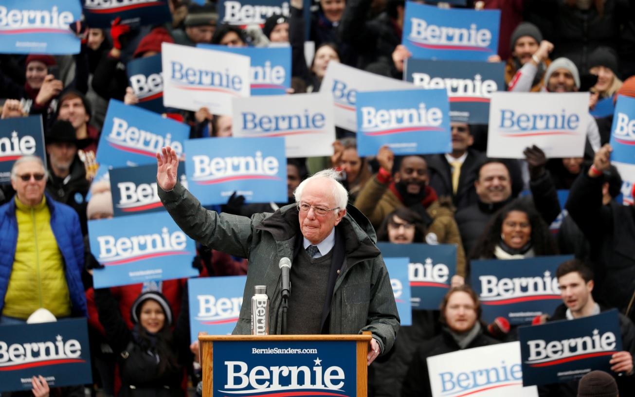 Foto: El candidato presidencial de Estados Unidos y senador por Vermont Bernie Sanders hablan en un mitin en Nueva York, marzo 2 de 2019 (Reuters)