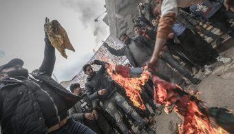 Foto: Un grupo de civiles sirios queman banderas en la ciudad de Bensh, 22 marzo 2019