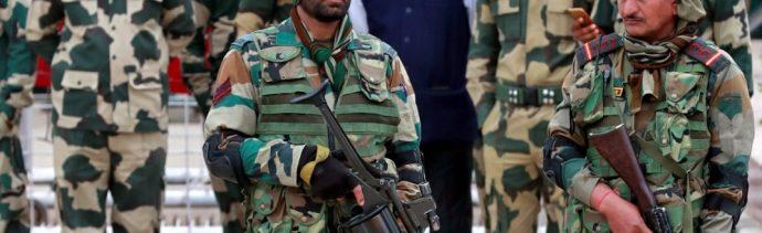 Foto: Soldados montan guardia antes de la liberación del comandante de ala de la Fuerza Aérea de India, Abhinandan, quien fue capturado por Pakistán en la frontera de Wagah, marzo 1 de 2019 (Reuters)