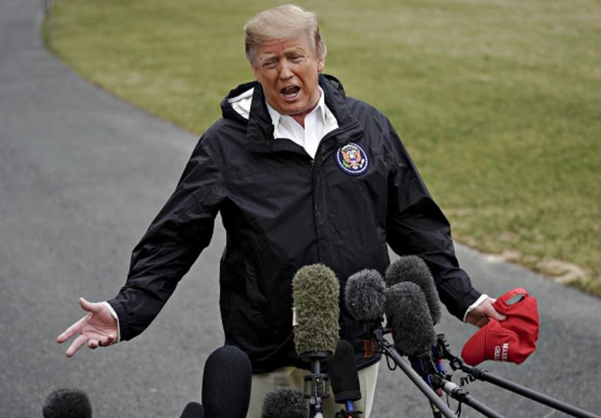 Foto: Donald Trump habla a los miembros de los medios de comunicación en el Jardín Sur de la Casa Blanca, marzo 10 de 2019 (Getty Images)