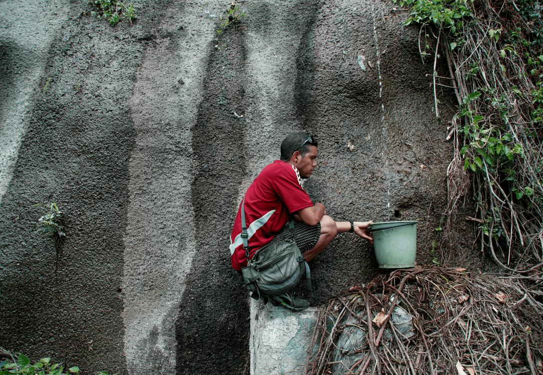 Foto: Venezolano capta agua en cerro, 11 de marzo de 2019, Caracas, Venezuela