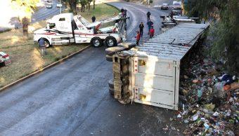 FOTO La volcadura de un tráiler desata caos vial en Naucalpan, Edomex (Noticieros Televisa)