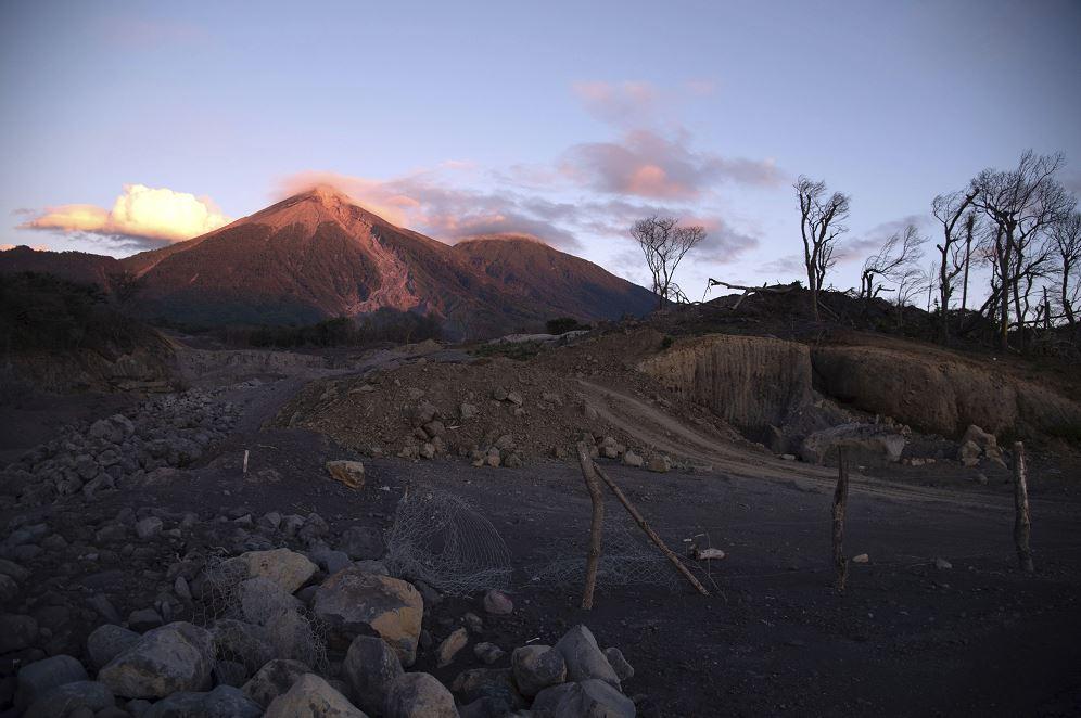 Foto:Vista del Volcán de Fuego visto desde Puente Las Lajas, Guatemala, 30 marzo 2019
