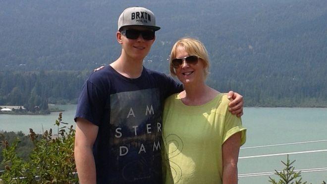 FOTO alex hardy y su mama